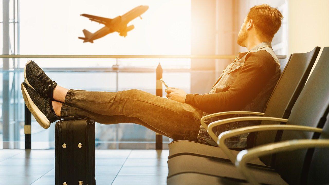Viajante em aeroporto