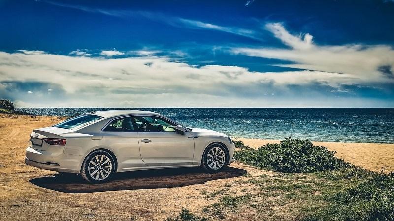 Modelo de carro sedan na praia