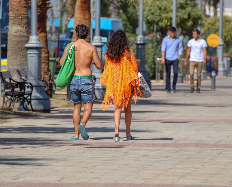 Jovens no litoral