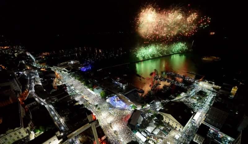 Vista aérea de festa de ano novo em Salvador